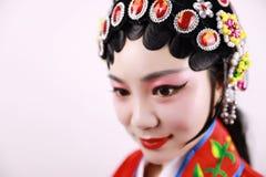 特写镜头隔绝了有传统headwear服装的白色背景京剧中国女性女演员妇女构成梳子头发 库存图片