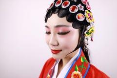 特写镜头隔绝了有传统headwear服装的白色背景京剧中国女性女演员妇女构成梳子头发 免版税库存图片