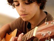 特写镜头音乐家年轻人 库存图片
