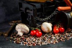 特写镜头香料、盐、蘑菇、蕃茄、钥匙和标度 库存照片
