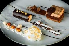 特写镜头鲜美巧克力和奶油色奶油甜点点心 图库摄影