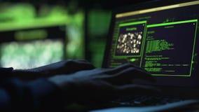 特写镜头黑客递研究膝上型计算机,选择密码,同意的进入 股票录像