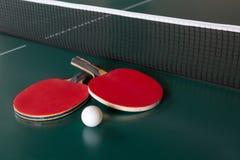 两副乒乓球球拍和一个球在一个选材台上 r 库存图片