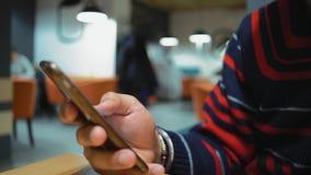 特写镜头,印度人的手移动在互联网上的页智能手机的 股票录像