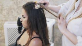 特写镜头,在她的发廊,化妆师的美发师工作,美发师做一个晚上补偿客户,和 影视素材
