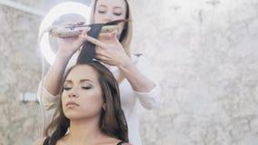特写镜头,在她的发廊,化妆师的美发师工作,美发师做一个晚上补偿客户,和 股票录像