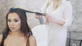 特写镜头,在她的发廊,化妆师的美发师工作,美发师做一个晚上补偿客户,和 股票视频