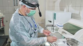 特写镜头,工作在医院的外科医生在操作前消毒医疗仪器 玻璃的医生 影视素材