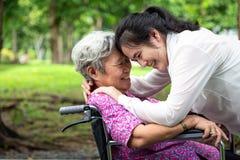特写镜头,愉快的美丽的有妇女拥抱的亚洲人资深人民,微笑在夏天,母亲爱有她的女儿的 免版税库存图片