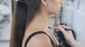 特写镜头,播种的框架,化妆师在客户的飞剪机上把轮廓色_放,在前后射击从 股票录像