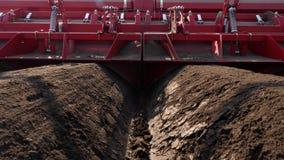特写镜头,机械化的机器potatoe种植的过程 大拖拉机用特别设备长期做平台面行 股票录像