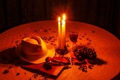 特写镜头,美好的构成在有蜡烛的暗室 库存照片