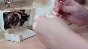 特写镜头,裁缝的手一个片盘为一台缝纫机做准备 慢的行动 影视素材