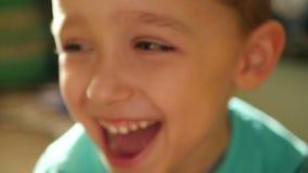特写镜头:孩子的眼睛和鼻子缓慢的节奏的 男孩享用特写镜头 股票录像