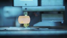 特写镜头:打印与塑料导线细丝在3D打印机 影视素材