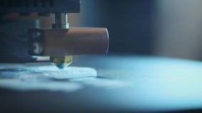 特写镜头:打印与塑料导线细丝在3D打印机 股票录像