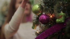 特写镜头:装饰用球的圣诞树 股票录像