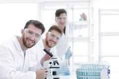 特写镜头 一个小组科学家在工作场所 免版税库存照片