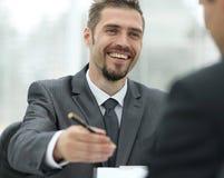 特写镜头 一个成功的商人,签一个赚钱的合同 库存照片