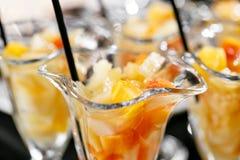特写镜头 与果子片断的点心  早晨旅馆早餐自助餐 点心在杯子的水果鸡尾酒 免版税库存图片
