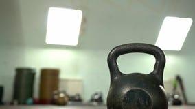 特写镜头-与Kettlebell的男性运动员训练在健身房 股票视频