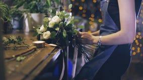 特写镜头 做花束的卖花人在花店 股票录像