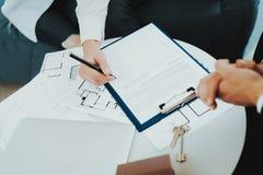 特写镜头 合同签署的概念 物产购买 免版税图库摄影