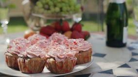 特写镜头 在桃红色的甜圆形蛋糕用草莓、葡萄和蜜桔在桌上 愉快的婚礼概念 当事人 股票视频