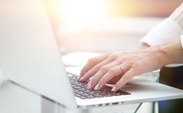 特写镜头 女性递关键董事会膝上型计算机 免版税库存图片