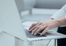 特写镜头 女性递关键董事会膝上型计算机 免版税库存照片