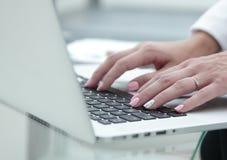 特写镜头 女性递关键董事会膝上型计算机 库存照片