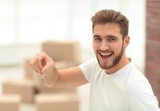 特写镜头 愉快有钥匙的人对新的公寓 库存照片