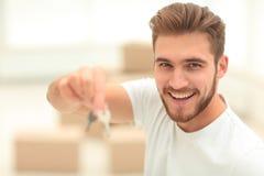 特写镜头 愉快有钥匙的人对新的公寓 库存图片