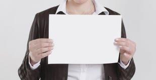 特写镜头 拿着一个空白纸的女商人 库存照片