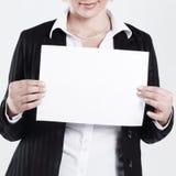特写镜头 拿着一个空白纸的女商人 库存图片