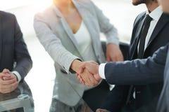 特写镜头 握手商务伙伴 免版税库存照片