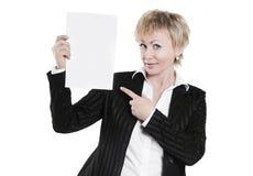 特写镜头 显示空白纸的微笑的女商人 免版税库存图片