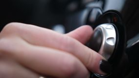 特写镜头 汽车控制板,女性手转动的路辗4K缓慢的Mo 股票视频