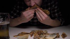 特写镜头 男性手在夜清洗盐味的干鱼 在晚上吃鱼和喝啤酒的一个人 4K 影视素材