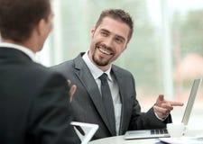特写镜头 讨论的商务伙伴企业问题 免版税库存照片