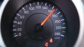 特写镜头 车速表仪表板灯 红色箭头上升到最大值并且降下对开始状态4K 影视素材