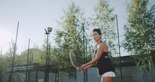 特写镜头a sportiv妇女打了与一个网球拍的球,在非常专业网球场 股票录像