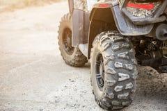 特写镜头ATV方形字体自行车尾巴视图  AWD耐震车肮脏的whell  旅行和冒险概念 Copyspace 定调子 库存照片