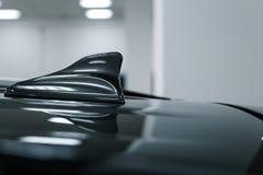 特写镜头GPS天线鲨鱼在汽车屋顶的飞翅形状无线电导航系统的 库存图片