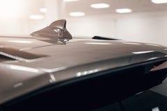 特写镜头GPS天线鲨鱼在汽车屋顶的飞翅形状无线电导航系统的 免版税库存照片