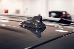 特写镜头GPS天线鲨鱼在汽车屋顶的飞翅形状无线电导航系统的 图库摄影