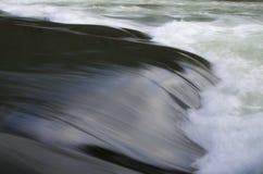 特写镜头与一点瀑布的河流程 库存照片