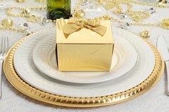 特写镜头与桌设置的金礼物 库存照片