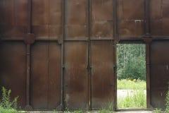 特写镜头与锁的金属门在脏的样式和好纹理 免版税图库摄影