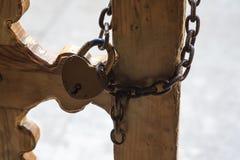 特写镜头与锁的金属门在脏的样式和好纹理 免版税库存图片